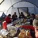 Frühstück; und schon seint die Sonne ins Zelt und wärmt uns
