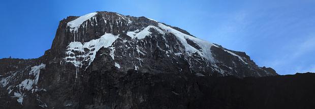 Die steile Westseite des Kilmanjaro, die wir heute in Richtung Süden umgehen werden