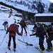 Fatti pochi metri con gli sci in spalla possiamo metterli ai piedi.