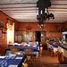 <b>L'interno si presenta molto bene, con il camino acceso e numerosi tavoli apparecchiati. È un rifugio-ristorante, come se ne trovano molti in Lombardia. Il menu è invitante…, da tenere in considerazione.</b>