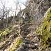 Abschnitte von Steintreppen, gesichert mit einem Geländer aus Paketschnur (!)