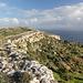 An der Steilküste nahe der Magdalena-Kapelle - Ausblick u. a. nach Filfla und zu Ta' Dmejrek. Aus der Ferne wirkt Maltas höchste Erhebung durchaus ansehnlich. Bei genauem Hinsehen ist jedoch zu erkennen, dass in unmittelbarer Nachbarschaft große Steinbrüche betrieben werden. Foto vom 08.02.2013.