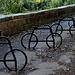 """Buskett - Kunstwerk und/oder Parkplatz für Radler? <br />Derartige """"Fahrräder"""" gibt es in Malta an etlichen Stellen, nirgends haben wir allerdings soviele wie hier gefunden. Wahrscheinlich soll man tatsächlich seinen """"Drahtesel"""" an den """"Imitaten"""" anschließen, zumindest deuten mancherorts angebrachte """"P""""-Schilder mit Fahrradsymbol darauf hin. Foto vom 08.02.2013."""