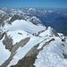 Blick vom Claridengipfel auf die Aufstiegsroute vom Klausen. Rechts von der Mitte der Clariden-Vorgipfel (3193m)