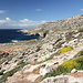 Im Aufstieg zum Wachturm (It-Torri tal-Ħamrija / Tal-Ħamrija Tower) - Ausblick. Hinten ist Għar Lapsi zu sehen, am oberen rechten Bildrand ist ein Teil der überdachten Tempelanlage Mnajdra zu erahnen.