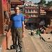 Mi metto anche io in Durbar Square. IL tempio a cui sono appoggiato è poi crollato durante il terremoto del 25.04.2015