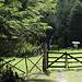 """Eingang zum Nationalpark. Mit Draht abgeschlossenes Tor, Einladend steht """"Bienvenido"""" steht auf dem Schild dahinter..."""