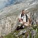 """Auf dem """"großen"""" Judenkopf (2173m) angekommen - die Anspannung steht mir ins Gesicht geschrieben: links Steilwiese in die Judenschlucht, recht Erosionsabbruch ins Alplhüttengebiet. Hinter mir, zugegebenermaßen kaum erkennbar, die tiefe Scharte (mit dem Judenfinger), die diesen schrofigen Judenkopf vom Hochplattig unerreichbar abtrennt"""