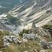 Mächtiger Tiefblick ins Alpl ..... in der Mitte des oberen Bildrandes das Gebiet der Neuen Alplhütte, rechts der Weg zum Judentörl