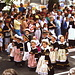 Bambine con il costume tradizionale.