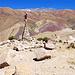 """Rätselhafter """"Grenzstein"""" - die Berge dahinter überragen bereits deutlich die 5000 Meter Marke!"""