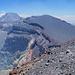 Blick vom West- zum Ostgipfel, links unten der Hauptkrater [Bearbeiten]