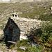 Das Bivacco Hinderbalmo (1910m) ist erreicht: Aussenansicht ....