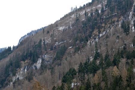 Zwei Wochen zuvor im Abstieg vom HIrzli fiel mir der Weg oberhalb der Felswand auf. Hier gut im Schnee sichtbar. Auch rechts unter der Felswand kann man ihn erahnen.