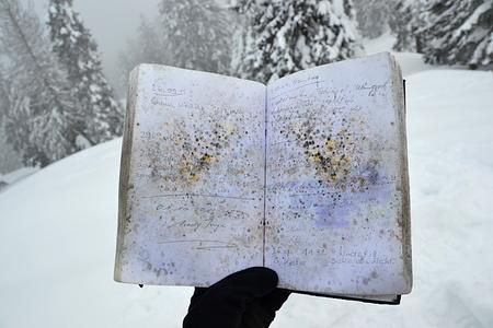 Schöne Farbmuster durch den Schimmel im Gipfelbuch. Von unten kriecht schon der Nebel.