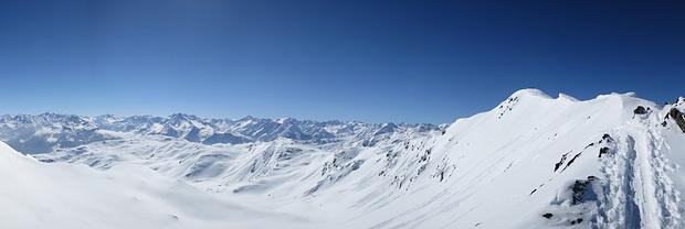 Gipfelgrat des Kraxentrager und traumhafte Fernsicht auf viele Zillertaler Gipfel.