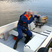 Ältere Semester fährt Per Öhman mit dem Motorboot über den See. Er hofft, dass wir auch nächstes Jahr wieder kommen....
