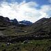 was für ein Eisberg, der 5546m hohe Serkhe Khollu; wer genau hinschaut erkennt in der unteren Bildhälfte zahlreiche Lamas resp. Alpakas
