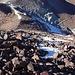 Der erste Teil des Anstiegs war happig, zuerst über steile, unwahrscheinlich rutschige Stein-Flanken, dann im oberen Teil der Mitte des Aufstiegs über steile hartgefrorene Firnfelder. Es war steiler als es auf dem Foto aussieht..