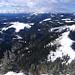 Auf der Gemeindealpe: Blick nach Westen und Fortsetzung der Tour: zuerst auf dem Schneeband rechts, dann etwas über der Bildmitte vom rechten Rand (Eiserner Herrgott) nach links zur freien Schneefläche, dann Abstieg nach links unten.