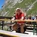 Vor der Hütte die überfällige Erfrischung (den Ascher benötige ich nicht, im Gegensatz zum links davon befindlichen bayerischen Grundnahrungsmittel ;-).
