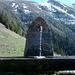 Munter plätschernder Brunnen in Birch mit Blick auf den Guschagrat.