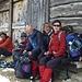Ein Teil der Gruppe beim Warten auf den Postbus nach Juf