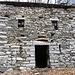 Sehr schön verarbeitete Steinmauern und stolzes Alpgebäude im Valle di Lareccio