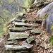 Uralte Treppe über dem Abgrund