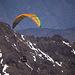 Vom Gipfel sehen wir Paraglider starten.