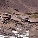 Die Hütten sind in Sicht. Links die Toubkal-Hütte (CAF), rechts die schönere Mouflons-Hütte.