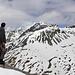 [u Omega3] schaut vom Gipfel des Munt da la Bescha unter anderem zu unserem nächsten Ziel dem Piz Vallatscha