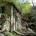 Ruinen mit Zisterne bei Arla - man achte den Dachkännel