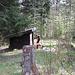 Ein lauschiges Häusschen unterwegs, innen bestens eingerichtet mit Ofen, Brennholz, Tisch und Bänkli :-)
