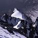 Vom Ortler-Gipfel wirkt der Hintergrat zerrissen und zerklüftet. Im oberen Teil befinden sich auch die schwierigeren Kletterstellen. Die Spuren durch die Firnfelder lassen sich leicht erkennen. Aufgebrochen sind wir um 4:00 Uhr morgens von der Hintergrathütte, die an dem See im linken oberen Teil des Bildes liegt.