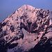 Die Nordwand der Königspitze (3851m) bei aufgehender Sonne. Der Normalweg zum Gipfel verläuft über eine 40 Grad steile Eisflanke auf der Ostseite (links, verdeckt). Schwieriger ist der sogenannte lange Suldengrat, der sich von der Bildmitte unten in einem Bogen auf der rechten Seite heraufschwingt. Die direkte Durchsteigung der Nordwand (Bildmitte) wird heute nur noch selten durchgeführt.