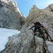 Nach einer leichten Gehstrecke (I) über eine Rampe Aufstieg in eine enger werdende Rinne (II/II+, ca. 8. Seillänge). Am Ende der Rinne Stand am Bohrhaken - oder Ausstieg über die Abseilpiste im Matejak-Kamin.