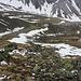 Tiefblick vom oberen Ende des Grasrückens hinunter in den 400m tiefer liegenden Talboden vom Val Laschadura.