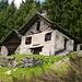 Bei diesen zwei Häusern im oberen Teil von Campioi führt der Weg in den Wald nach Pianca