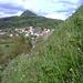 Aus der steilen Grasflanke _ Blick zum Rauhen Kulm oberhalb Neustadt.