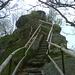 Über steile Treppen zur Schüssel.
