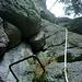 Senkrecht hinauf über rutschige Felsen.