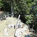 Für den Abstieg nach Ober Chneu verschwindet hier der undeutliche Weg in der Südflanke – einfach zu übersehen. Beachte die orange Steighilfe über den Stacheldraht.