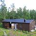 Hütte mit Butik in Aktse. Links aussen die Wasserstelle und Freiluftdusche.