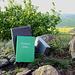 """Srdov - Wie auf vielen Bergen im České středohoří (Böhmisches Mittelgebirge) gibt es auch auf dem Srdov ein """"Vrcholová kniha"""", ein Gipfelbuch. Passend zum derzeitigen Landschaftsbild: in Grün ;-)."""