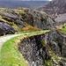 Auf ca. 300m Hoehe fuehrt der Watkin-Path eben auf der ehem. Schiefer-Bergbahnlinie ins Tal Cwm Llan hinein.<br />