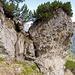Das Felsenfenster, welches man im Aufstieg vom Hochegg zum Grat durchschreitet im Rückblick...<br />Nach diesem hält man sich tendenziell beim Aufstieg eher rechts. Teilweise finden sich noch verblichene, rote Farbmarkierungen.