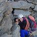 Der Gipfel in Griffweite - gute Stimmung beim Festhalten an und von losem Gestein