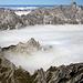 In der Bildmitte ragt das Kleine Palfelhorn (2073m) aus den Wolken hervor. Rechts im Hintergrund der Hochkalter (2606m).