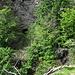 Links der Mitte sieht man den tunnel, in dem die Suone verschwindet und für Wanderer gesperrt ist. Schon der Weg dorthin ist kaum mehr begehbar.